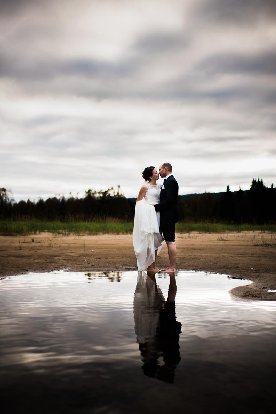 Brudepar ved bredden av Trysilelva tatt av Kine Bakke - fotograf i Elverum