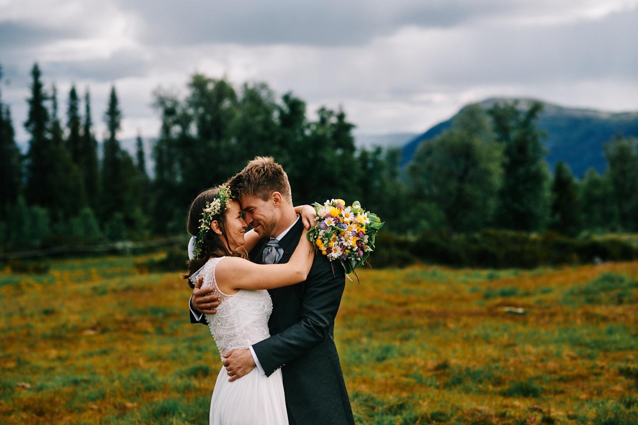 Brudepar som gir hverandre en klem